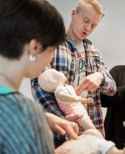 Erste-Hilfe-Kurs in Magdeburg für Eltern mit Babys und Kleinkindern am 21. Januar 2016 in Magdeburg. In einem dreistündigen Seminar erläutert und demonstriert Kursleiter, Elias Becker wie in Notfällen zu handeln ist. Herzmassage mit Hilfe einer Babypuppe mit den Telnehmerinnen.