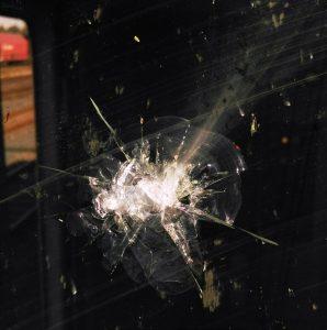 bpoli-md-gueterzug-mit-schottersteinen-attackiert