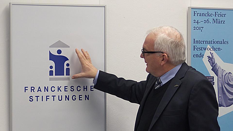 Prof. Dr. Thomas Müller-Bahlke präsentiert das neue Logo der Franckeschen Stiftungen.