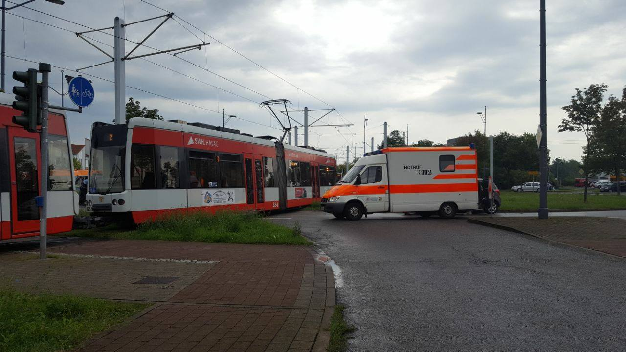 Straßenbahn und Auto krachen an der Eselsmühle zusammen – Du bist Halle